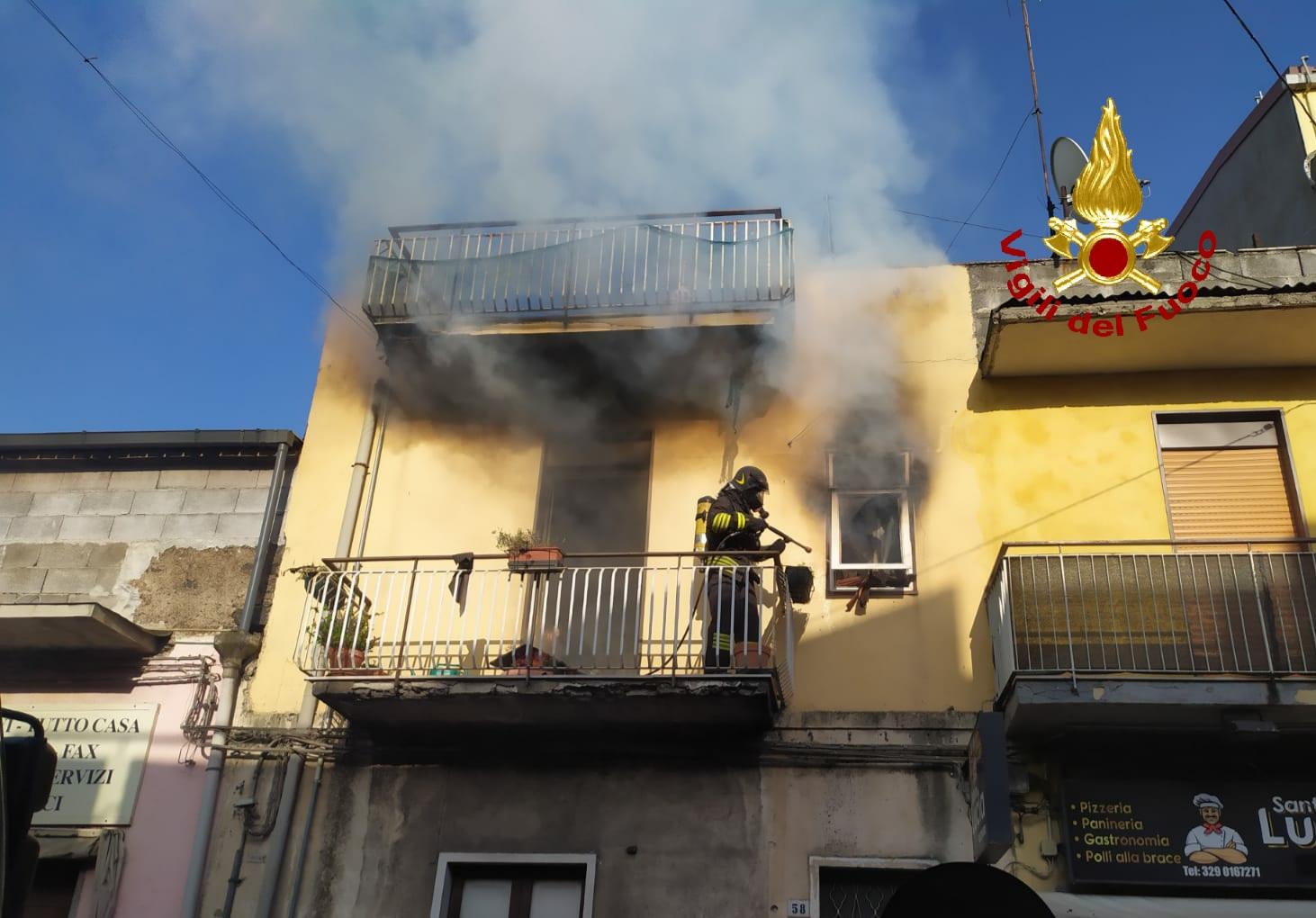 Incendio in un'abitazione a Belpasso: condomini intossicati dal fumo