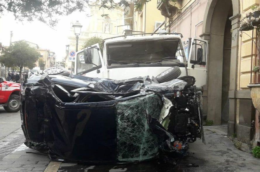 Belpasso, perde il controllo del camion che finisce su auto: pedone è grave