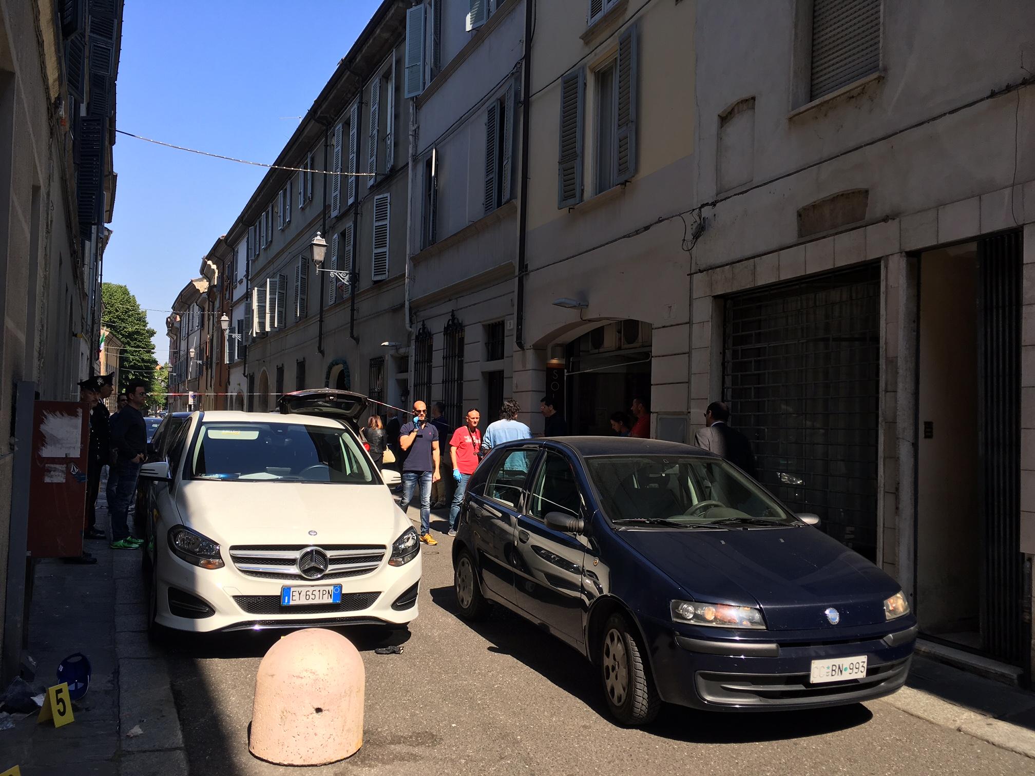Piacenza, rapina in gioielleria finisce in sparatoria: feriti banditi