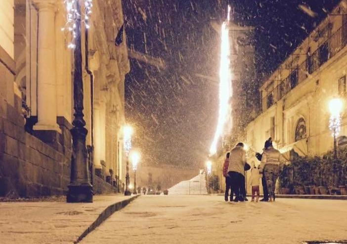Venti persone bloccate sull'Etna, Palazzolo avvolta dalla neve e temperatura di -2 gradi