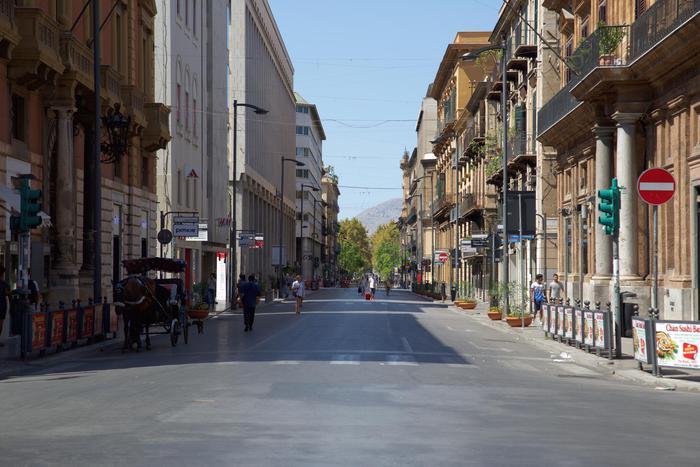 Palermo, non paga l'obolo al parcheggiatore e lui le palpeggia la moglie
