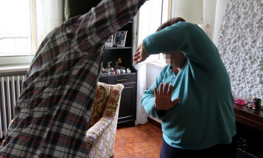 Calci e pugni alla madre e alla sorella per soldi: arrestato a Catania