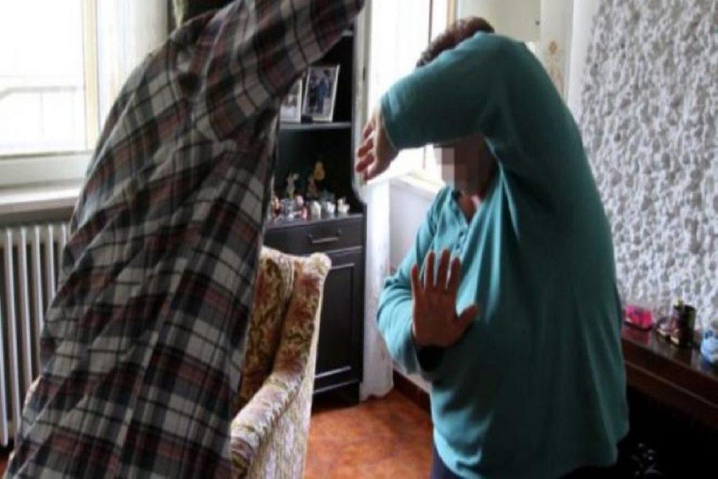 Botte e minacce alla madre per comprarsi la droga: arrestato a Catania