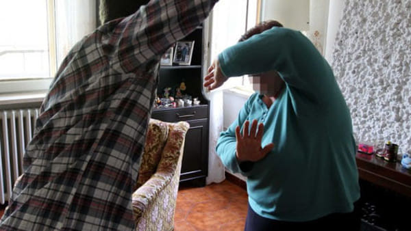 Tossicodipendente picchia la madre per futili motivi: in carcere a Catania