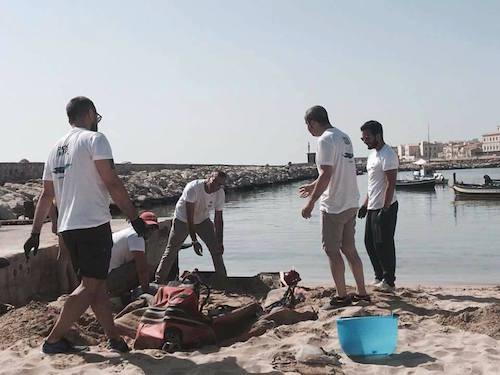 Volontari in azione per ripulire la spiaggia dello Sbarcardero a Siracusa