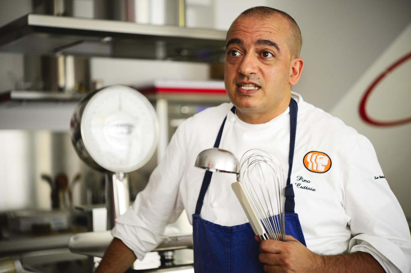 Licata, lo chef bistellato Pino Cuttaia prepara pane solidale per clienti e amici