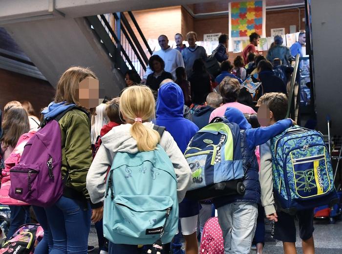 Milano, precipita dalla tromba delle scale della scuola 'Pirelli': bimbo di 6 anni è grave