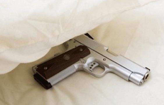 Dormiva con la pistola nascosta sotto il cuscino, arrestato a Vibo Valencia