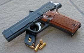 Siracusa, gli trovano in casa una pistola e 25 cartucce: arrestato