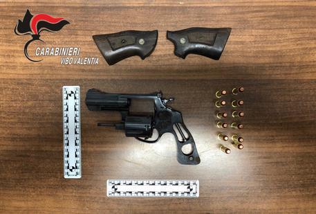 Colpi di pistola contro un portone nel Vibonese, ferita una donna