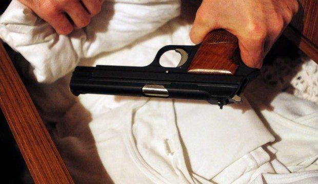 Siracusa, gli notificano i domiciliari per detenzione di armi e ricettazione