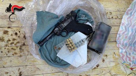 Sequestrata una pistola in un casolare, un arresto nel Vibonese