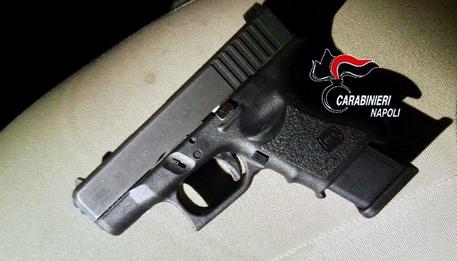 Napoli, una pistola carica nascosta in un buco nel muro