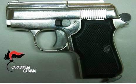 Catania, avevano in casa pistola modificata; padre e figlio arrestati