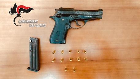 Nascondeva in casa una pistola, minorenne arrestato nel Vibonese