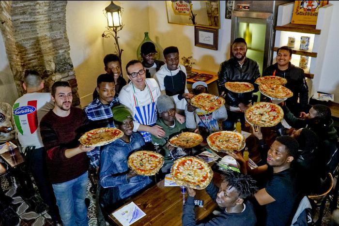 Napoli, Sorbillo ospita una ventina di migranti pizzaioli