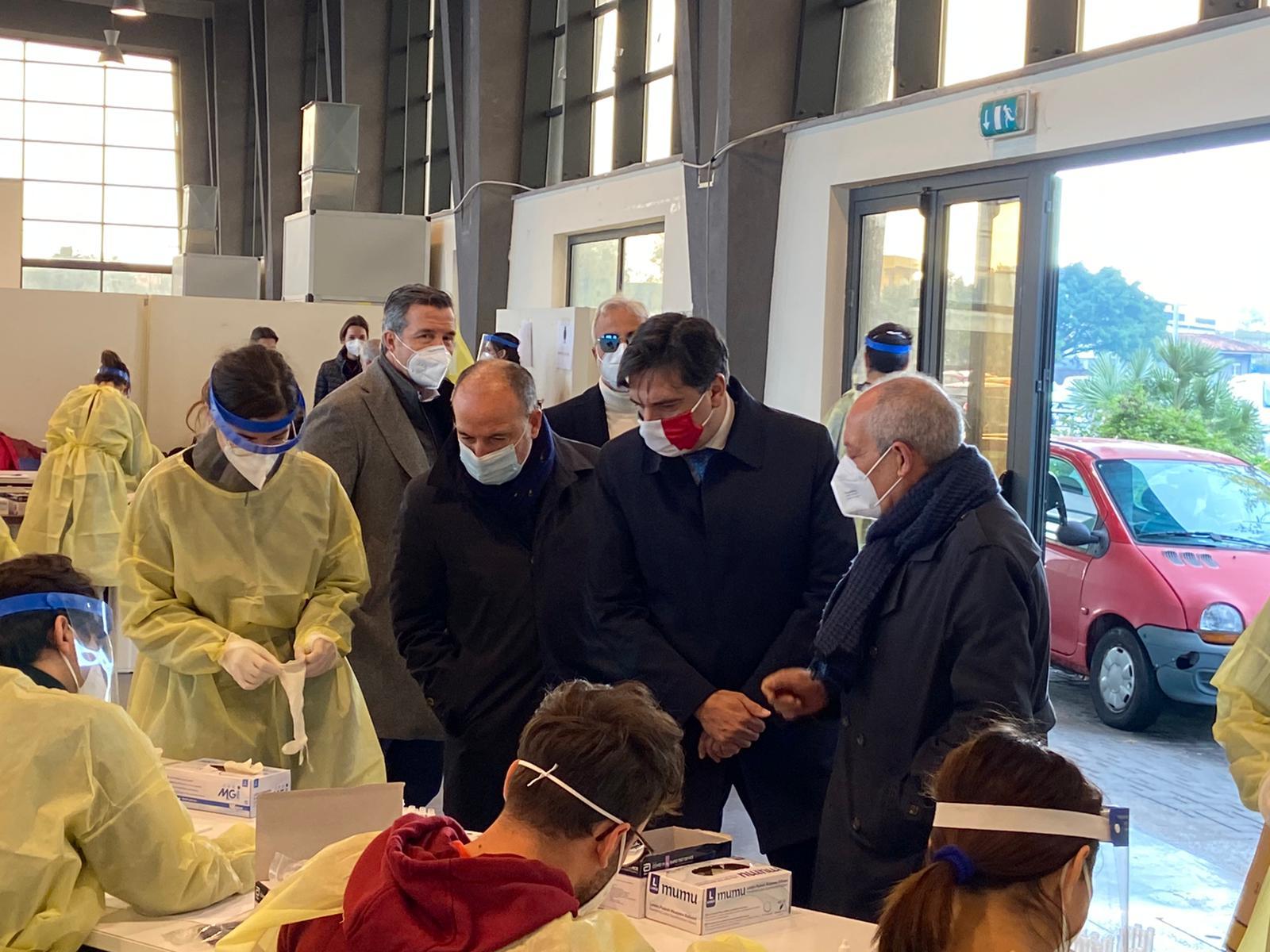 Il sindaco di Catania al drive in dei tamponi: il vaccino è una cosa concreta