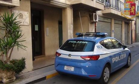 Comiso, danneggia un portone e si scaglia contro i poliziotti: arrestato