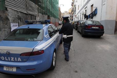 Napoli, rapinatore spara e agente lo ferisce: malvivente in ospedale