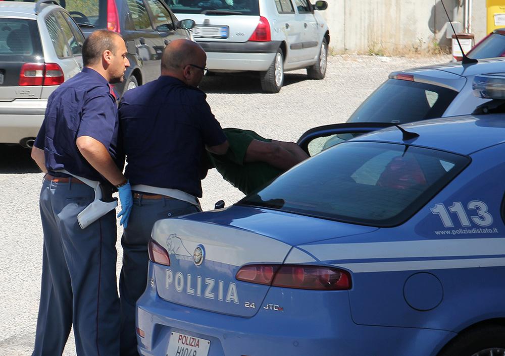 Noto, dà in escandescenza e aggredisce i poliziotti: arrestato