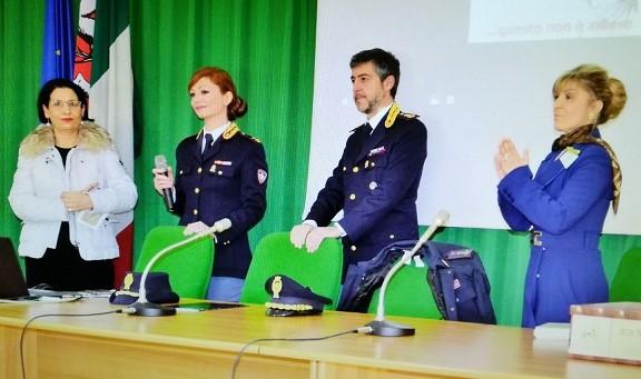 Ragusa, la Polizia in piazza e nelle scuole contro la violenza sulle donne