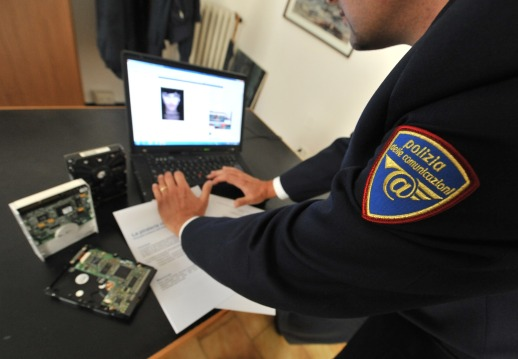Adescamento minori e scambi immagini su web, arrestato eoliano