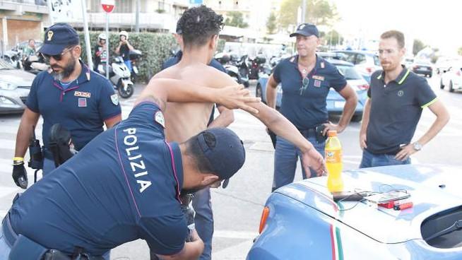 Rubano zaini di due bagnanti a Mondello, inseguiti e presi a Palermo