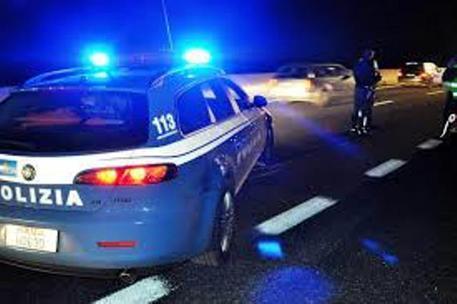 Napoli, aggredisce due giovani a colpi di bottiglia e coltello: arrestato