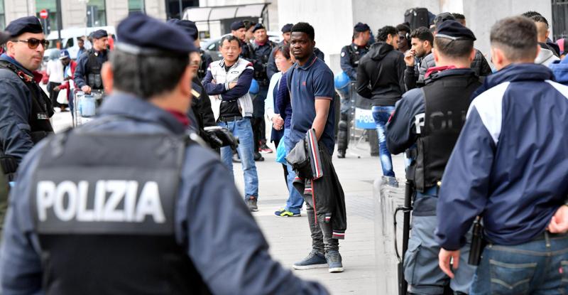Milano, migrante si impicca davanti ai passanti