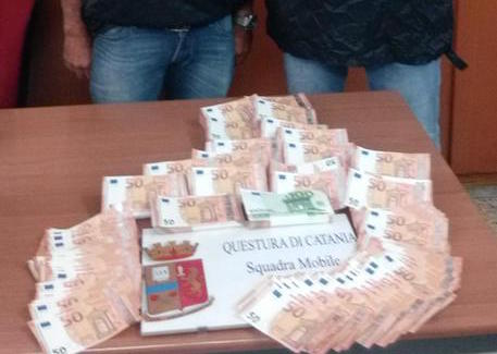 Da Napoli a Catania con 100 mila euro falsi, arrestato