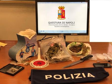 Droga nascosta in una scatola con l'effige di Hamsik, arresto a Napoli