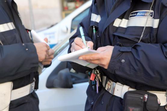 Modica, non vuole la multa e spintona il vice comandante della polizia