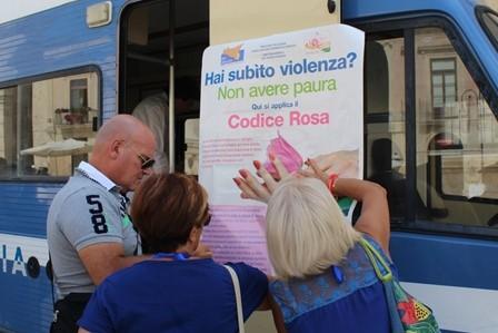 Violenza di genere, il camper della polizia in piazza Municipio a Noto