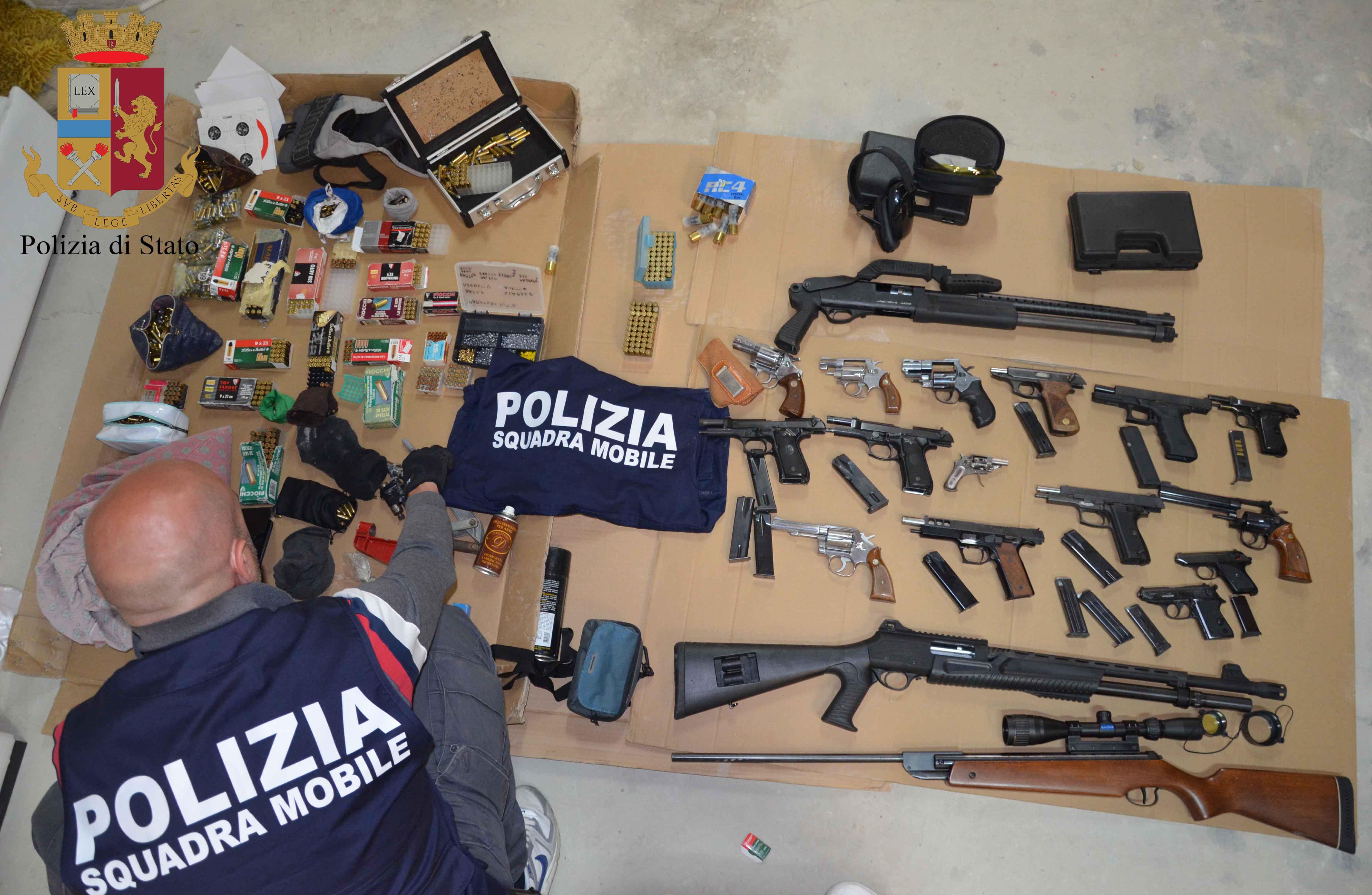 Arsenale di mafia sequestrato a Vittoria, padre e figlio erano i custodi: arrestati