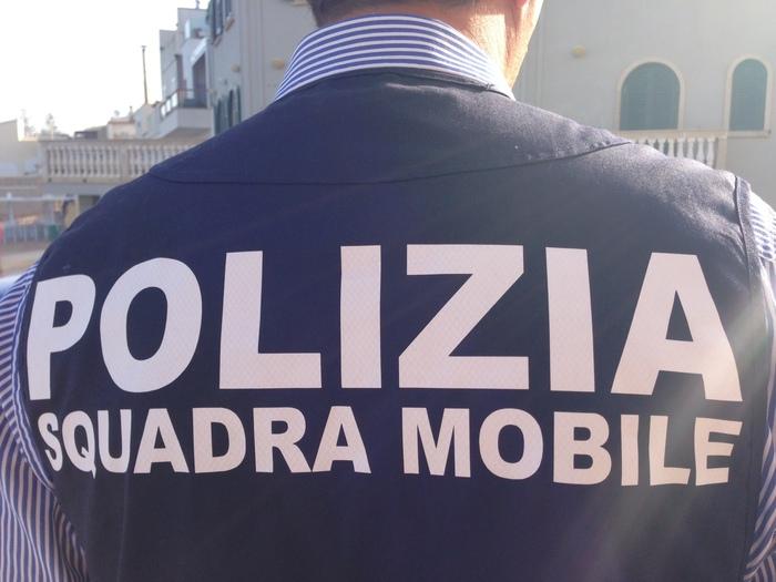 Soldi per i permessi di soggiorno, arrestata una poliziotta a Parma