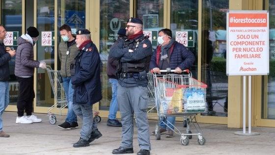 Coronavirus, code e forze dell'ordine davanti ai supermercati di Palermo