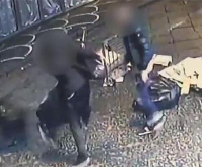 Napoli, rovesciano immondizia a Pompei e postano il video sui social