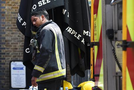 Incendio in una scuola elementare di Londra, pompieri a lavoro
