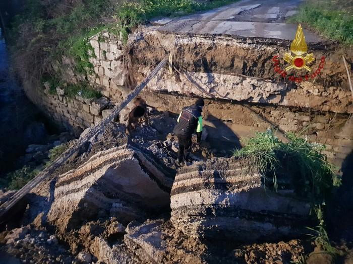 Crolla una parte di ponte sulla strada Statale 188 vicino Salemi