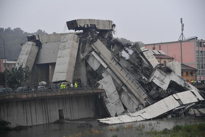 Genova, terza notte di scavi: una decina di dispersi
