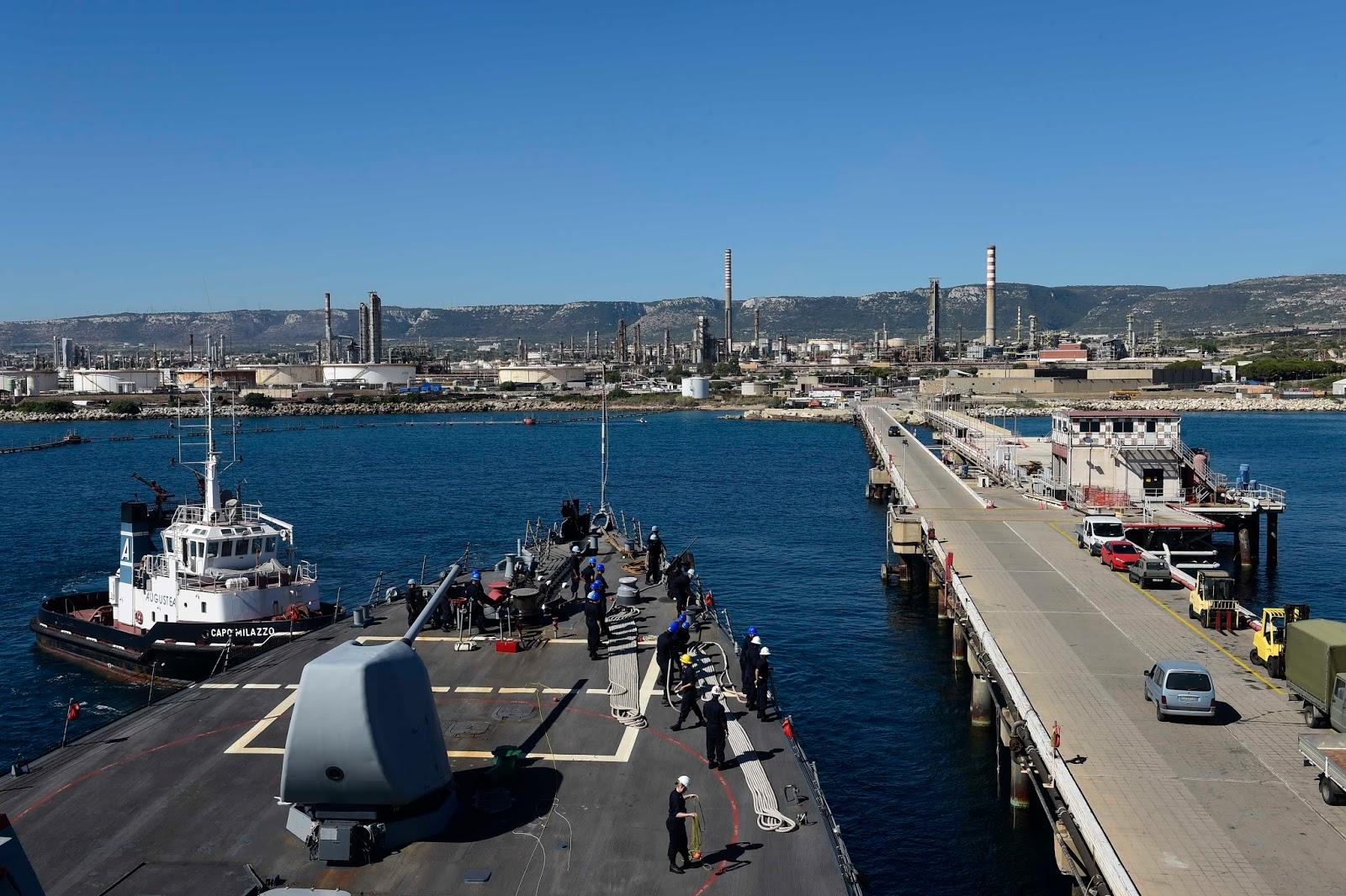 Sostanze oleose in mare al pontile Nato di Augusta: analisi in corso