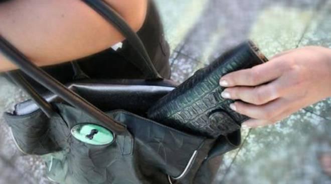 Noto, ruba un portafogli a una donna in un supermercato: preso