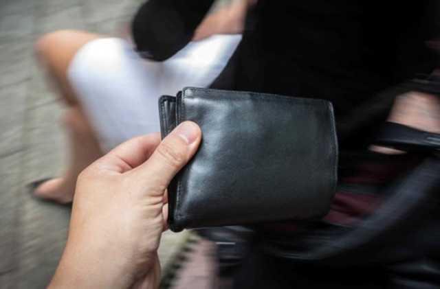 Lentini, ruba due portafogli durante un meeting: scoperta e denunciata