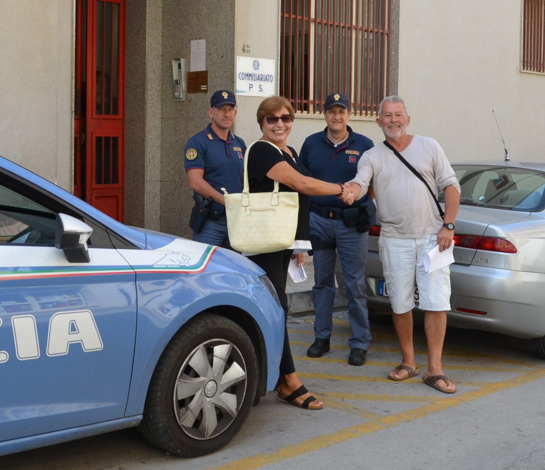 Modica, trova portafogli con mille euro e lo consegna alla Polizia