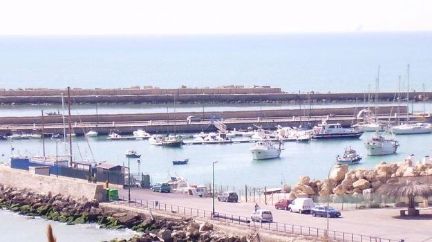 Affonda barca di una società di Siracusa nel porto di Gela: è un giallo