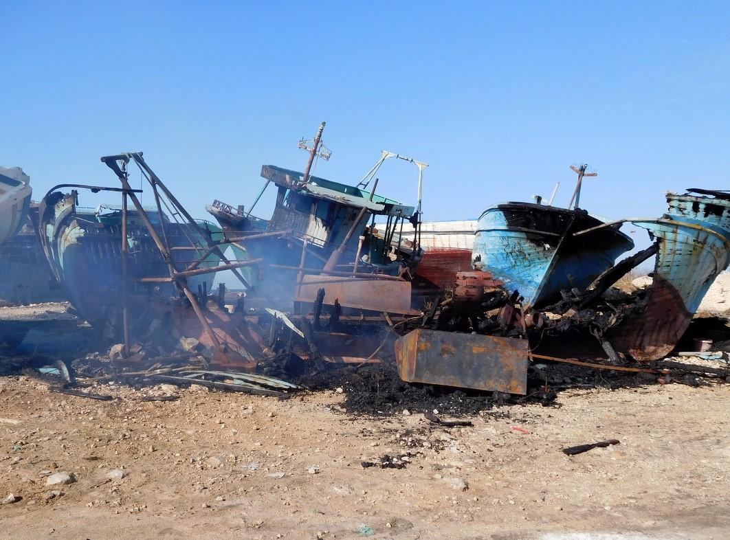 Fuoco nella notte a Portopalo, bruciato un motopesca dei migranti al molo