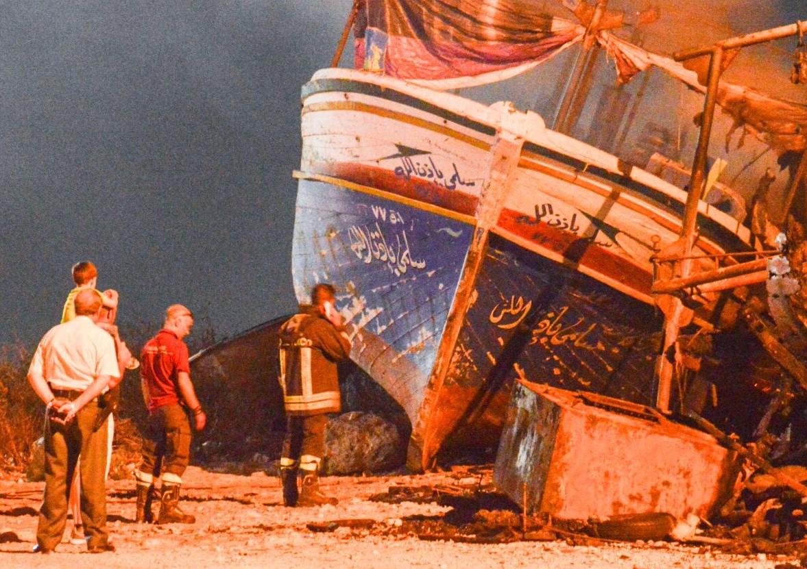 Portopalo, nuovo incendio al molo: fuoco a un barcone dei migranti