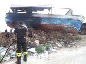 Portopalo, tentano di bruciare un relitto che era stato utilizzato dai migranti