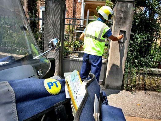 Buttava la corrispondenza nella spazzatura: denunciato un postino