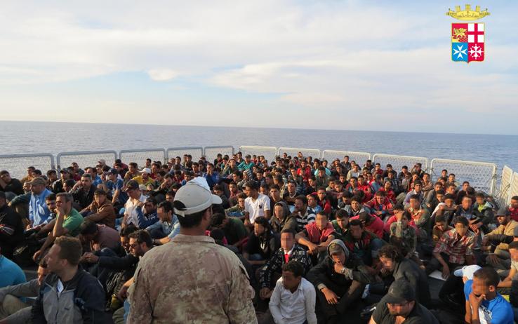 Migranti: a Pozzallo 515 persone, tra loro anche un cadavere